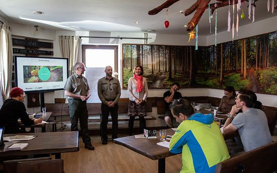 """Die tschechische Forstverwaltung beeindruckte mit Offenheit und Unterstützung: """"Der Wald gehört uns allen – ein Teil des Gewinns der Bewirtschaftung sollte dem Wald und der Bürgernutzung direkt zukommen!"""""""