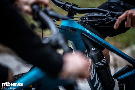 Gebremst wird durchgehend mit Vierkolben-Bremsen