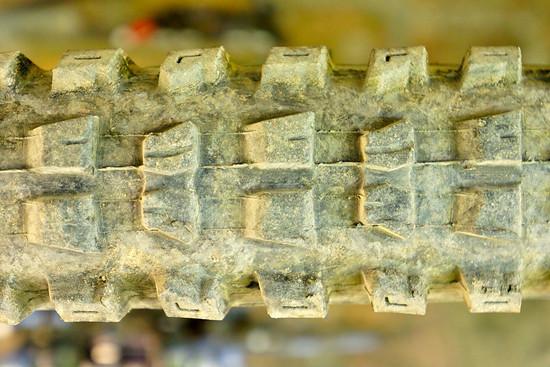 Angeschrägte Stollen und Lamellen in Fahrtrichtung