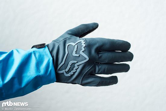 Die Fox Attack Water-Handschuhe sind in den Farben blau und schwarz sowie den Größen S bis XXL erhältlich.