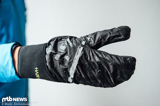 Die praktische Regenhülle lässt sich bei schlechtem Wetter überziehen und schützt die Hand vor Nässe und Auskühlung.