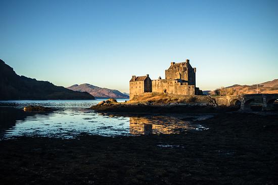 """Auf der Fahrt erleben wir den perfekten Postkarten-Sonnenaufgang am """"Eilean Donan Castle""""."""