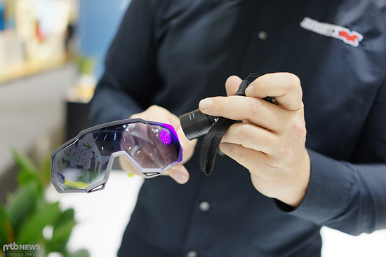 Thorben zeigt mit der Taschenlampe, was bei Sonneneinstrahlung passiert