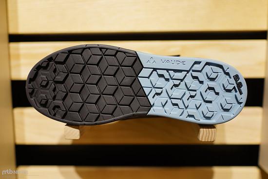 Die Sohle bietet spezielles Profil und Gummi im Bereich des Pedals