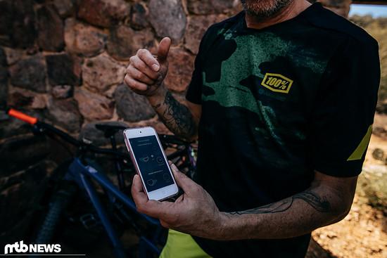 Elmar Keineke von SRAM demonstriert uns die Testversion der App – neben dem AXS-Netzwerk sind auch Bluetooth für die App und ANT+ für Konnektivität mit beispielsweise Garmin an Bord