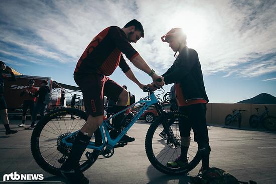 Nachdem das Bike-Setup durch ist, testen wir kurz auf dem Parkplatz – im Anschluss geht es auf die Trails
