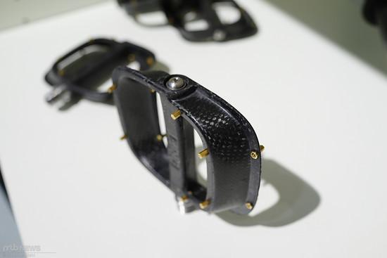 Die Pins sind so designt, dass sie leicht abreißen und das Carbon nicht beschädigen.
