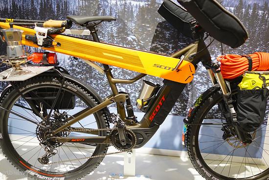 Der Ski selbst hält an der Bindung, eine entsprechende Aufnahme ist am Gepäckträger angebracht.