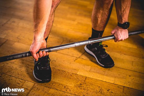 Wenn die Hantel bei mehr Gewicht aus den Händen zu rutschen droht, einfach versetzt greifen.