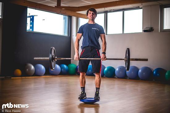 Für Fortgeschrittene ist das Heben auf der Wackelscheibe eine super Übung, um besser in die Tiefenmuskulatur zu gelangen