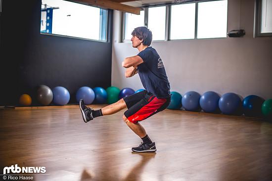 Ohne Gewicht geht's auch. Super für die Balance und zur Stabilisierung des Knies sind einbeinige Beugen …