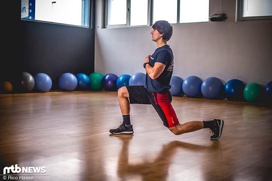 Das Gleiche mit dem anderen Bein vorne. So kann man sich laufend durch den Raum bewegen, alternativ auch auf der Stelle trainierbar. Fortgeschrittene können zwischen dem Wechsel auch einen Sprung einleiten.