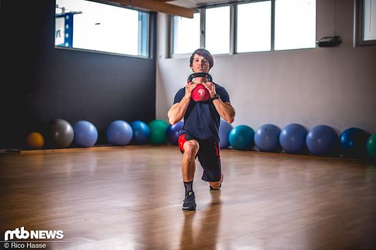Für höhere Intensität auch mit Zusatzgewicht. Dabei stets darauf achten, dass die Beine in einer geraden Linie bleiben. Kleine Ausgleichsbewegungen der Knie sind normal und stabilisieren diese.