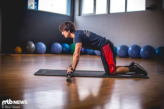 Eine Top-Übung, die maximale Körperspannung fordert. In Ausgangsposition auf den Knien (eine weiche Matte ist dabei vorteilhaft) ...
