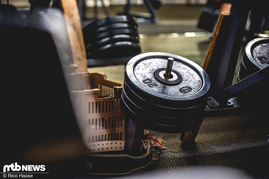 Ob mit Gewicht oder ohne: ein Ausgleichstraining zu den einseitigen Belastungen auf dem Rad wirkt Wunder.