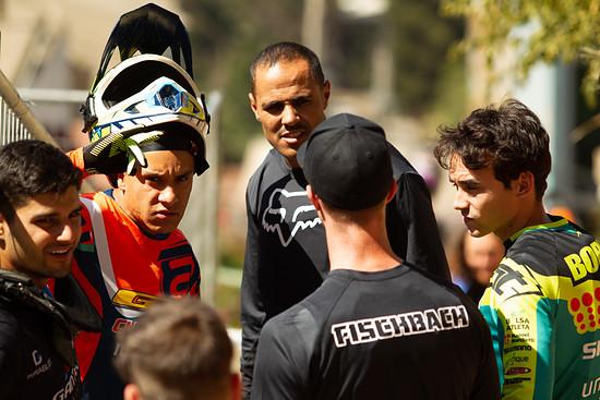 Fischi, Bernardo Cruz und Kumpels beim Besichtigen der Strecke