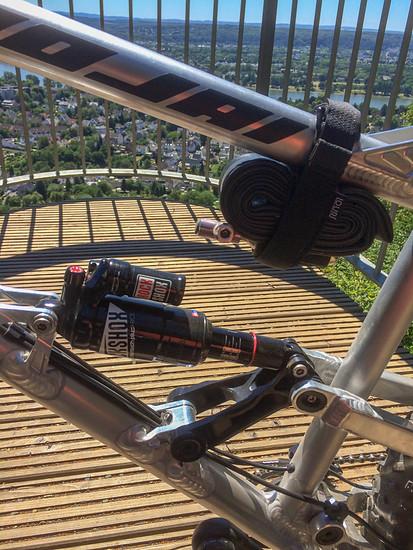 Monarch Plus RC3 M/L3 Tune und Louri Bike Strap mit Ersatzschlauch und Topeak CO2 Pumpe