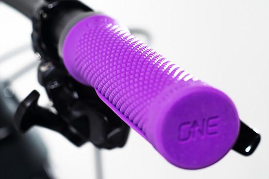 Die neuen OneUp Lock-On-Griffe verzichten auf einen äußeren Klemmring und sind in sechs Farben erhältlich.