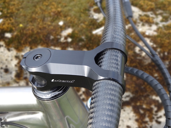 ... besteht aus einem Intend Grace XC Vorbau in 77 mm Länge und einem BikeAheadComponents TheFlatbar Lenker