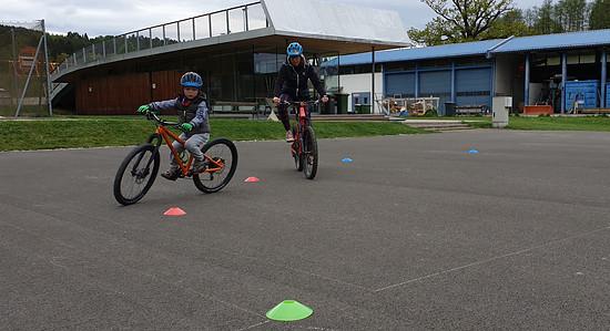 """MWORKS - Custom 24"""" Kinderbike, 8,3kg - Slalom bei der ersten Fahrt mit der Mama"""