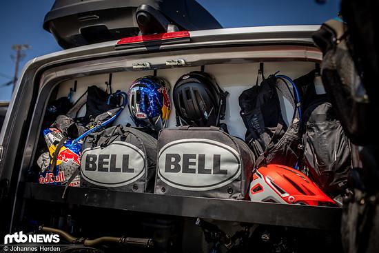 Helm- und Schuhfächer: Oben auf der Ablage hängen und stehen die Helme von Jill