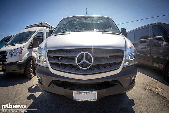 Der silberfarbene Mercedes Sprinter 2500 von vorne – äußerlich ist …