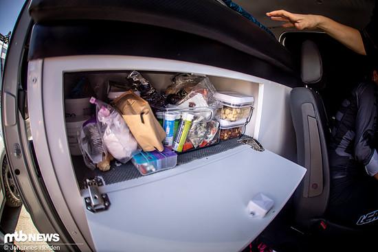 Über dem Kühlschrank befinden sich Aufbewahrungsmöglichkeiten für diverse Kleinigkeiten