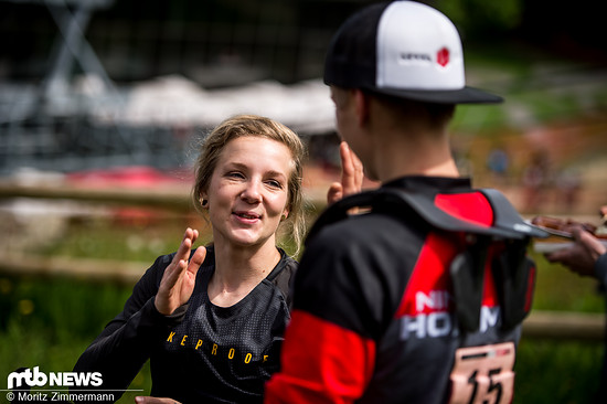 Abklatschen mit der deutschen Konkurrentin Sandra Rübesam.