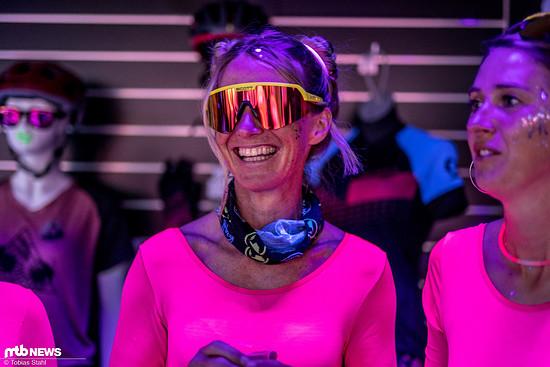 Karen Eller darf auf der Scott Party nicht fehlen: Retro-Brille trifft Space-Turnanzug und Schwarzlicht