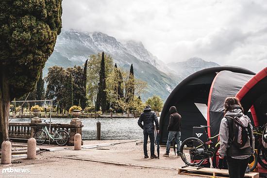 Ungewohnte Blicke: Das Wetter beim Bike-Festival Riva ist nicht immer perfekt
