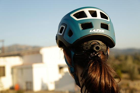 Die Helmschale ist weit hinunter gezogen, um im Falle eines Sturzes mehr Schutz bieten zu können
