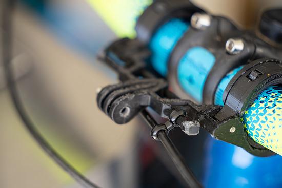 Durch die Befestigungsmöglichkeit an der Halterung selbst, lassen sich die Kabel hinter der Kamera verlegen