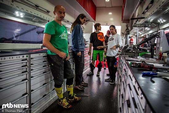 Eine gute Gelegenheit, uns von Max mal das Innere des abgefahrenen Trucks, welcher zu Events durch ganz Europa tourt, zeigen zu lassen