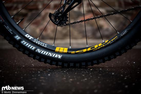 Auf den DT Swiss M1900-Laufrädern sind breite und griffige Maxxis Minion-Reifen aufgezogen.