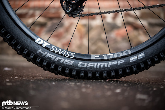 Die DT Swiss E1700 Spline-Laufräder sind mit zuverlässigen Schwalbe-Reifen bestückt.