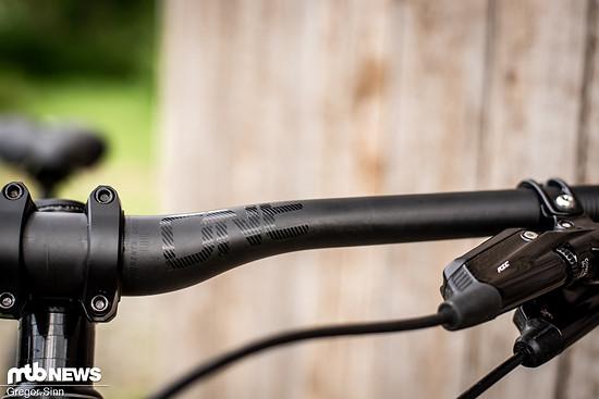 Der OneUp Carbon-Lenker soll durch die abgeflachte Form im Knick besonders angenehm zu fahren sein