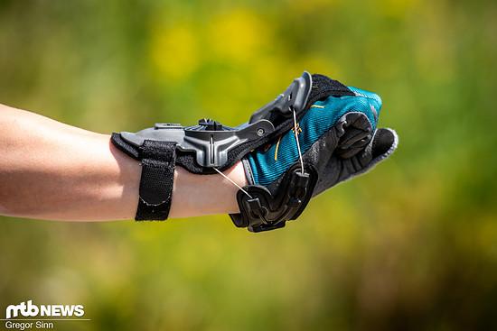 Die Mobius X8 Wrist Brace kostet rund 200 € und soll das Handgelenk durch einen Endanschlag und über ein System von Kabeln vor Überstreckung und somit Beschädigung schützen
