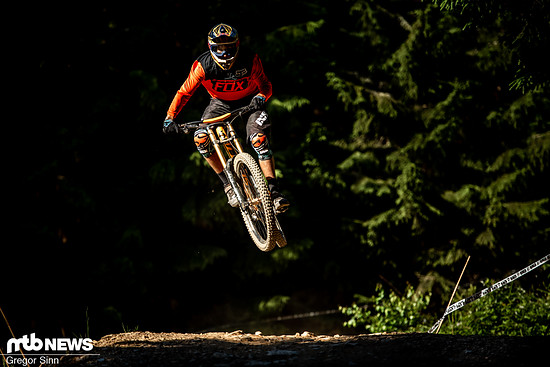 """Kaum ein modernes, langes und flaches 29""""-Downhill-Bike geht derartig spielerisch und leicht in die Luft wie das Scott Gambler Tuned"""