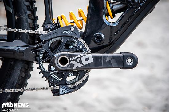 SRAM X01-Carbon-Kurbeln und die leichte MRP SXG-Führung sollen die Kette sicher führen.