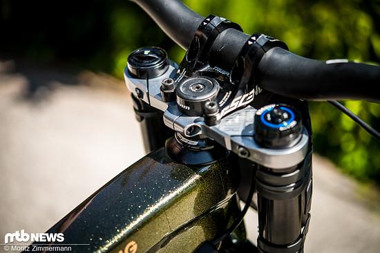 … außerdem ist sein Bike mit einem Reach-verlängernden Steuersatz ausgestattet.