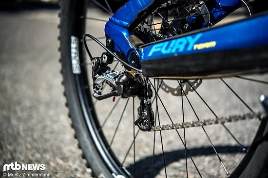 Ein Shimano Saint-Schaltwerk mit Rennrad-Kassette sorgt für die Gangwechsel.