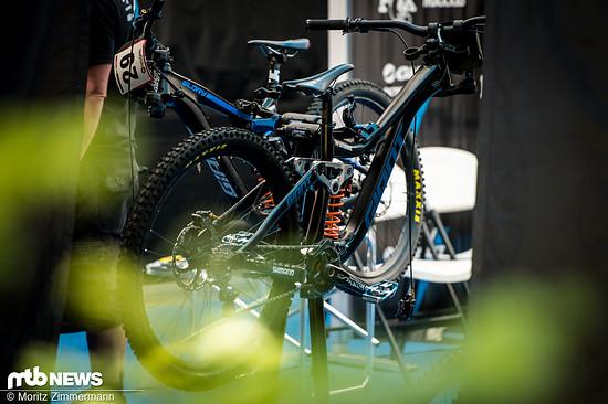 """Giant ist in Andorra bereits mit diesem sehr verbastelt wirkenden 29"""" Prototyp des Glory-Downhillbikes aufgetaucht"""