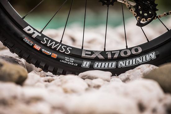 Der Custom DT Swiss EX1700-Laufradsatz verfügt über 32 J-Bend-Speichen sowie einen geschweißten Felgenstoß