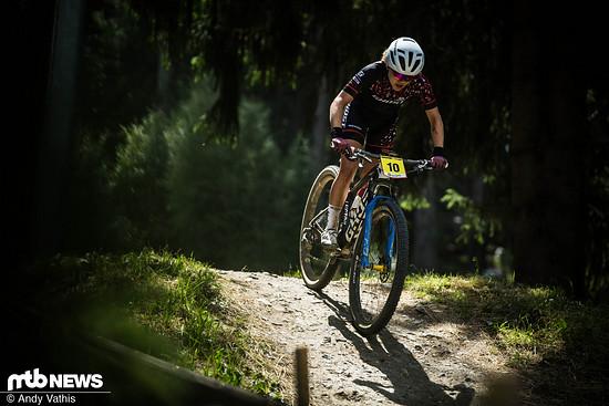 Die Fahrerin des Teams Ghost dürfte eigentlich noch in der U23-Klasse starten, entschied sich aber, im Weltcup vorzeitig in die Eliteklasse aufzusteigen