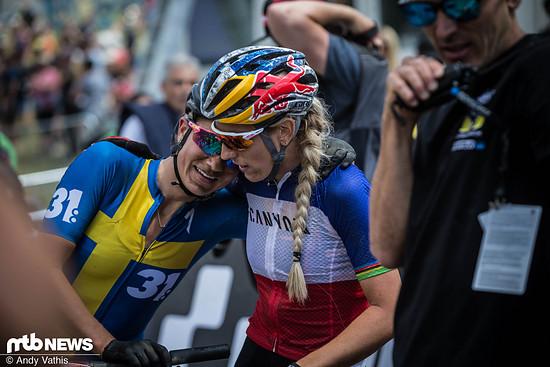 Jenny Rissveds und Pauline Ferrand-Prevot schwer gezeichnet nach dem Rennen in Les Gets