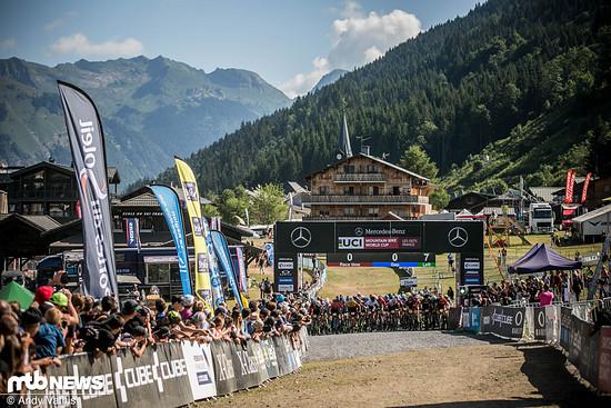 Der Start der U23-Männer vor der Kulisse der Savoyer Alpen