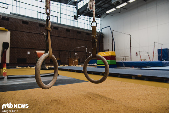 Neben viel Kraft- und Schnelligkeits-Training gehören auch Ausgleichs-Einheiten in der gut ausgestatteten Turnhalle zum Programm.