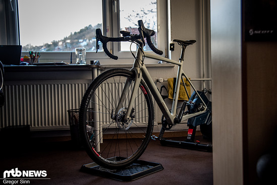 In ihrem winzigen Studenten-Zimmer im Zentrum Jenas hat Nina noch eine Rennrad-Rolle aufgebaut