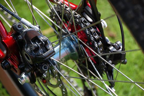 Verzögert wird mit einem Set aus Magura MT4/MT5-Bremsen
