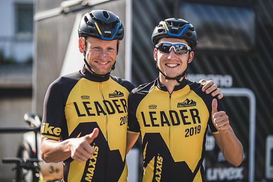 Die Mannen in Gelb - Urs Huber und Simon Stiebjahn mit Daumen hoch vor der Etappe mit dem klaren Ziel die Führung zu verteidigen